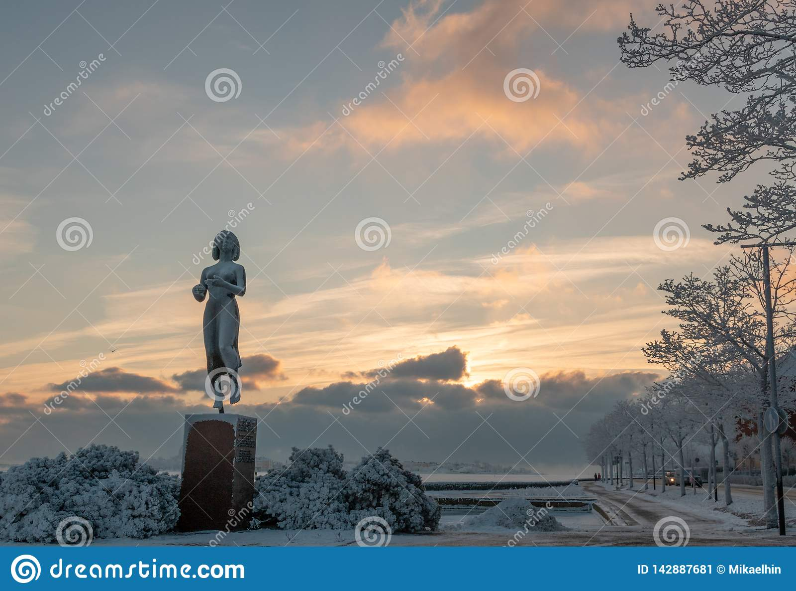 HELSINGFORS FINLAND - Januari 08, 2015: Den Rauhanpatsas statyn av fred i Helsingfors, Finland i vintern