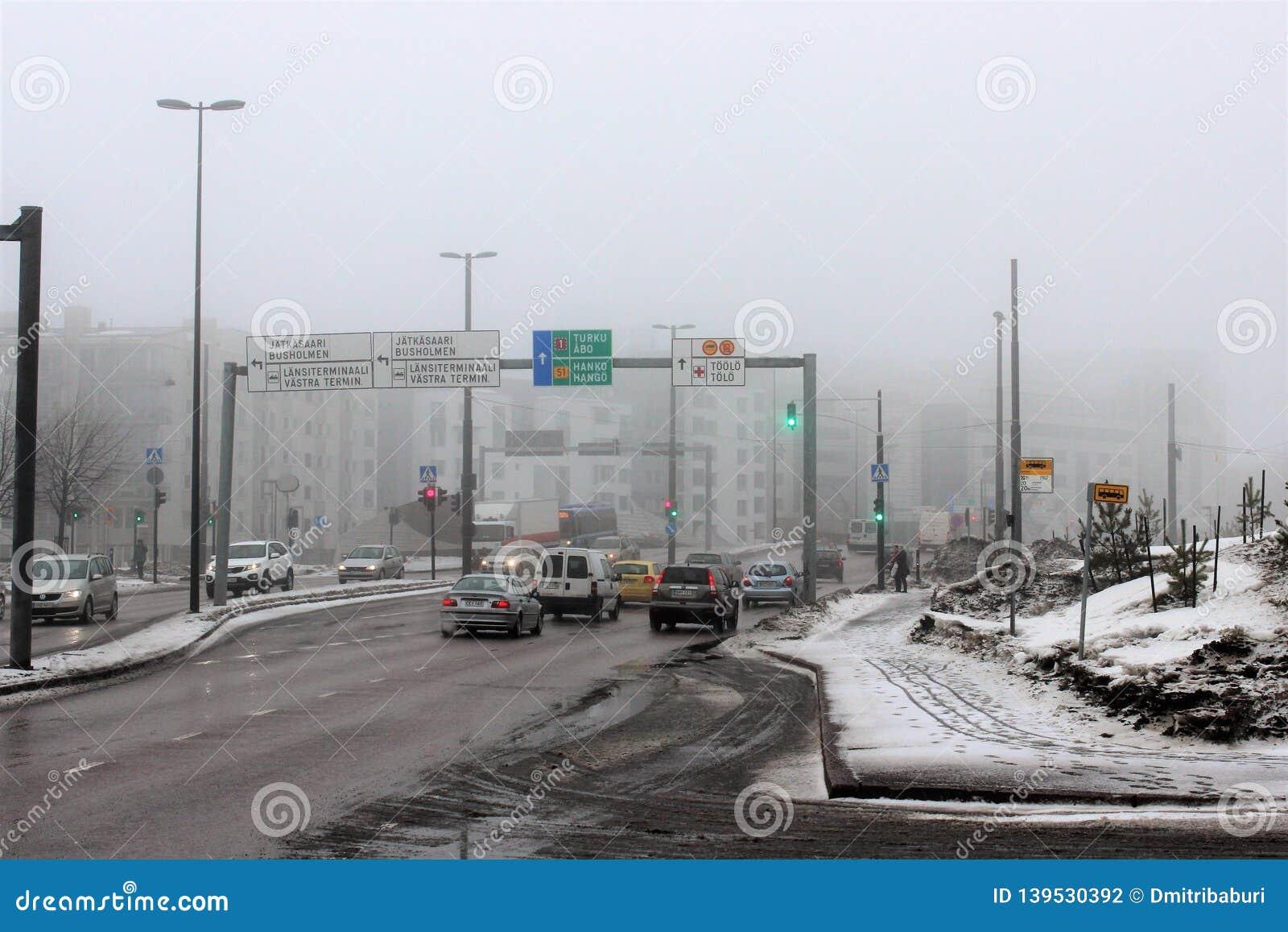 Helsingfors Finland, mars 2012 Sikt av gatan med tung trafik nära hamnstaden