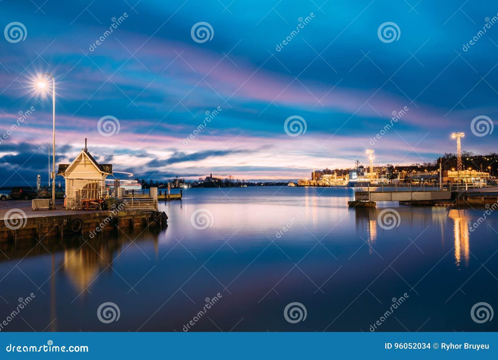 Helsinki, Finlande Paysage avec le pilier de ville, jetée au lever de soleil d hiver
