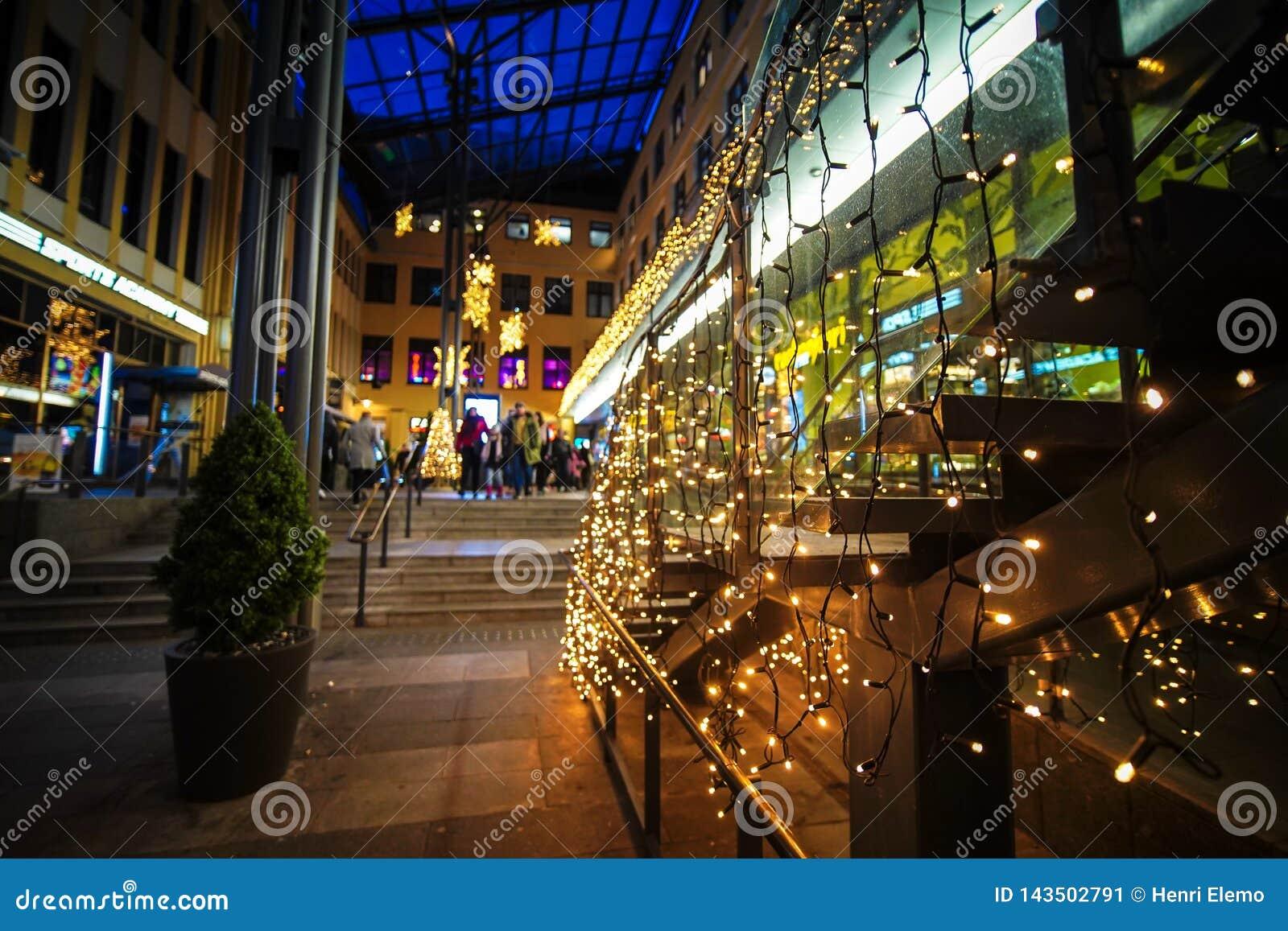 Helsinki, Finlandia - 25 novembre 2018: Strada dei negozi sulla sera nel mezzo di Helsinki con le luci di Natale stagionali
