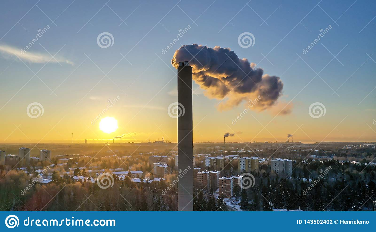 Helsinki, Finnland - 21. Januar 2019: Rauch, der vom Energiepflanzerohr in Helsinki auf Sonnenuntergangzeit herauskommt