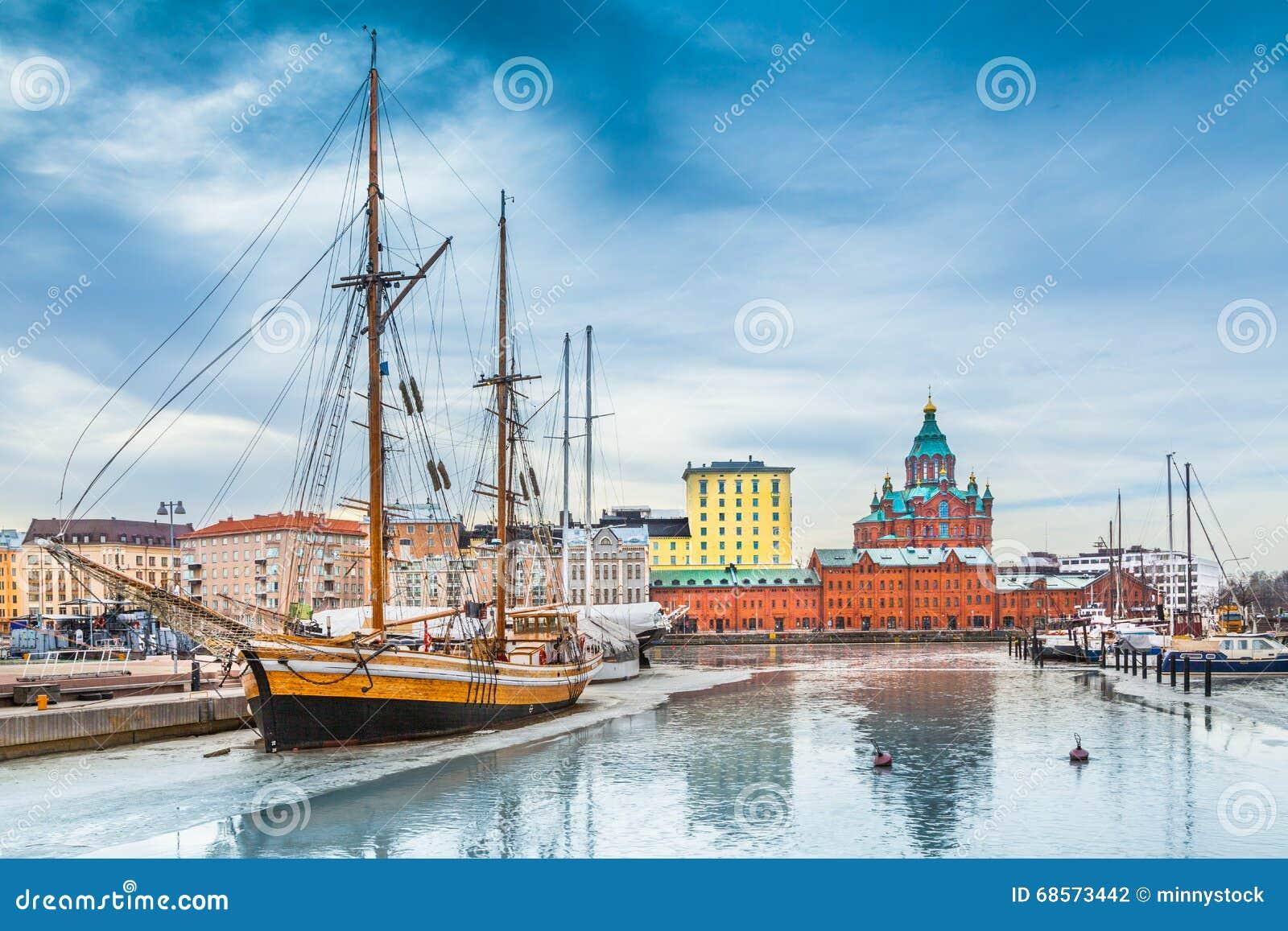 Helsinki-Hafenbezirk mit Uspenski-Kathedrale im Winter, Finnland