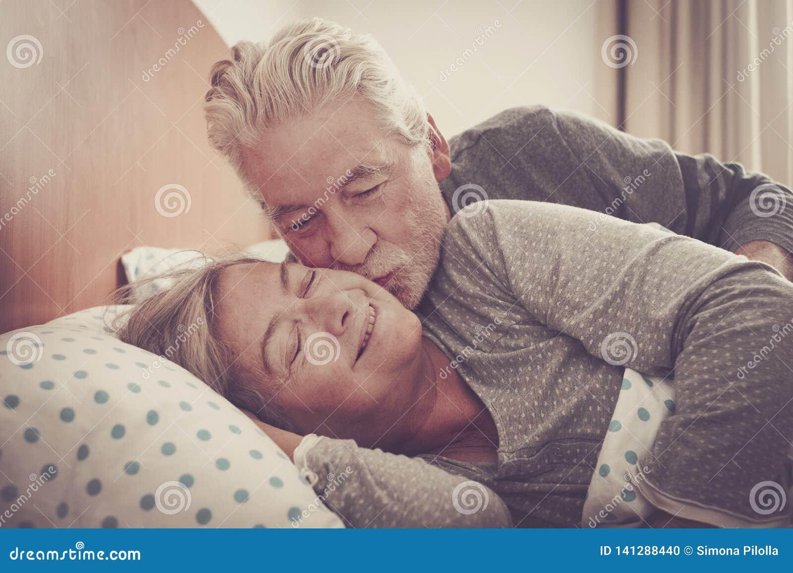 Hem- ?lskv?rd plats med par av h?gt kyssa i sovrummet p? morgonen som ?r klar att vakna upp och starta f?r evigt f?r dag tillsamm