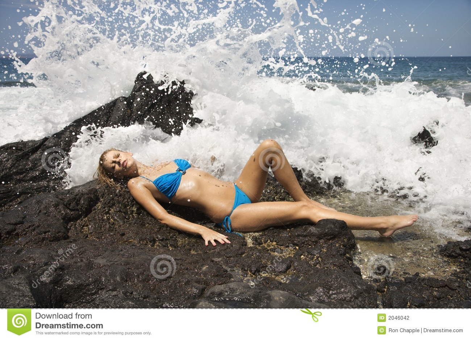 Hembra en bikiní con las ondas