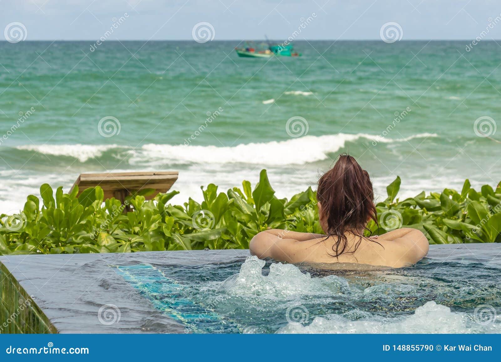 Hembra en una piscina del complejo playero que mira hacia el mar abierto