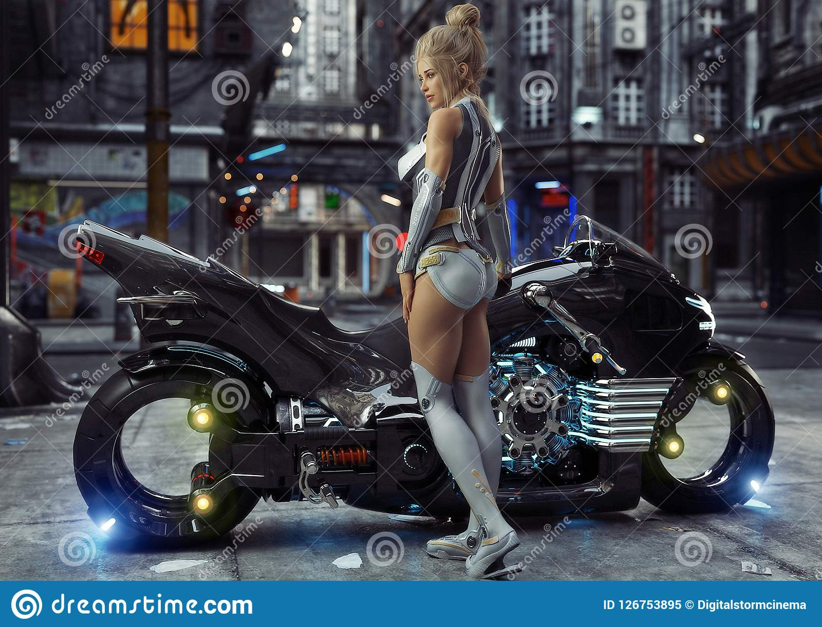 Hembra joven atractiva en el traje moderno que presenta con su motocicleta de encargo del ciclo de la luz de la ciencia ficción e