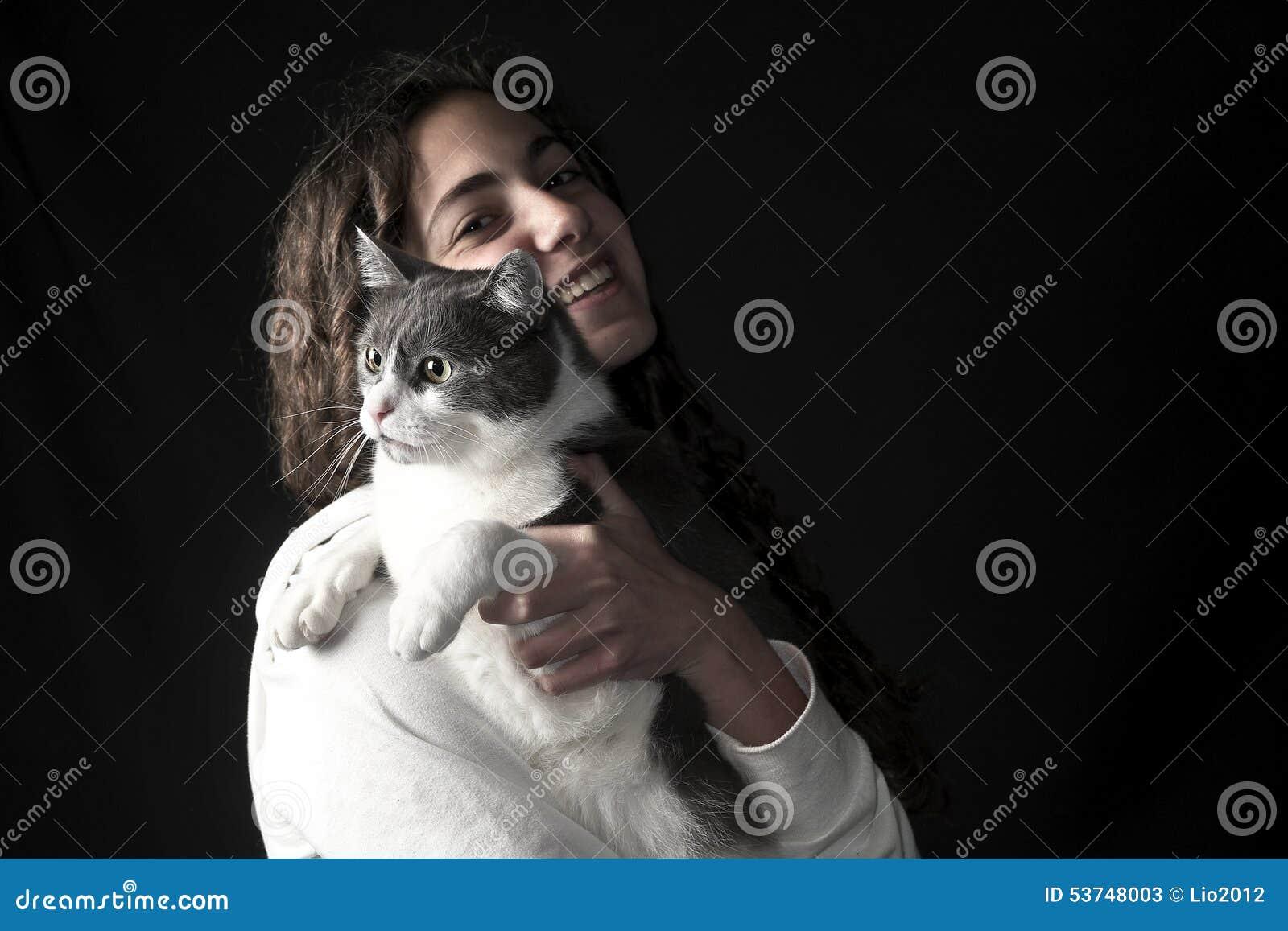 Hembra joven con el gato