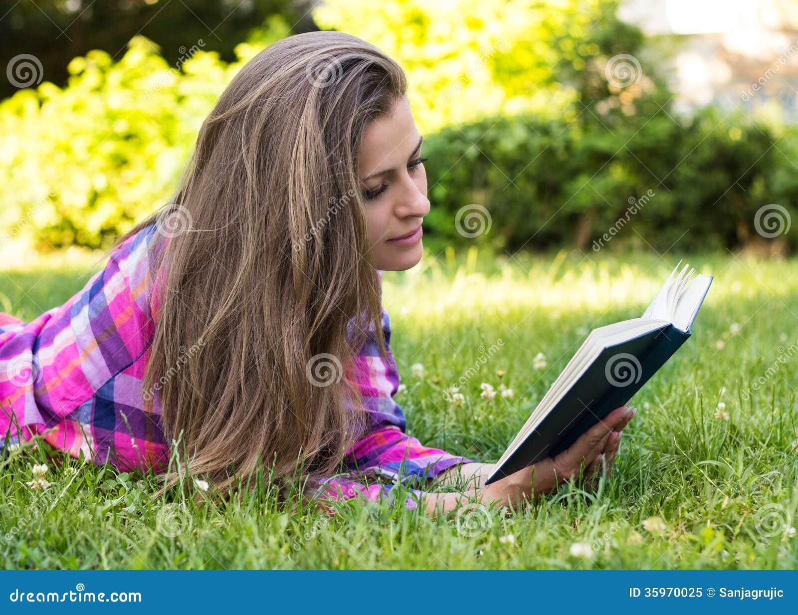 Hembra joven hermosa que lee un libro