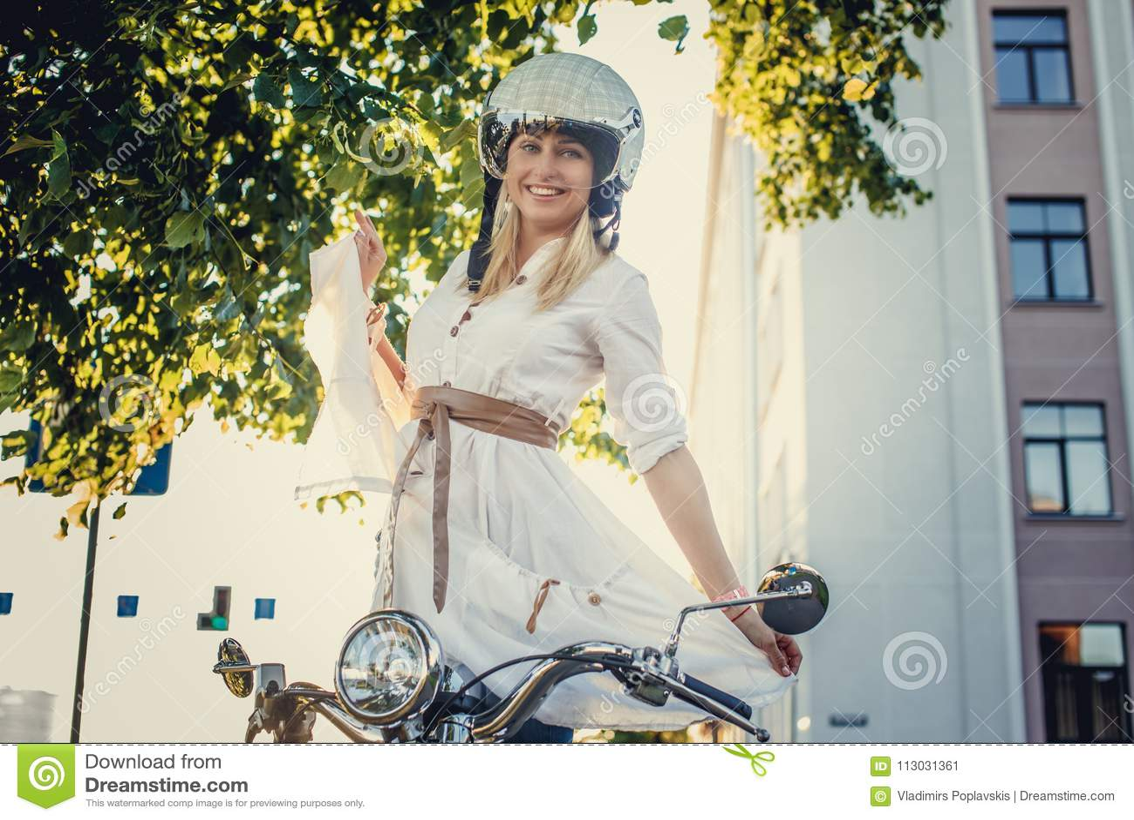 Hembra rubia sonriente en casco del moto