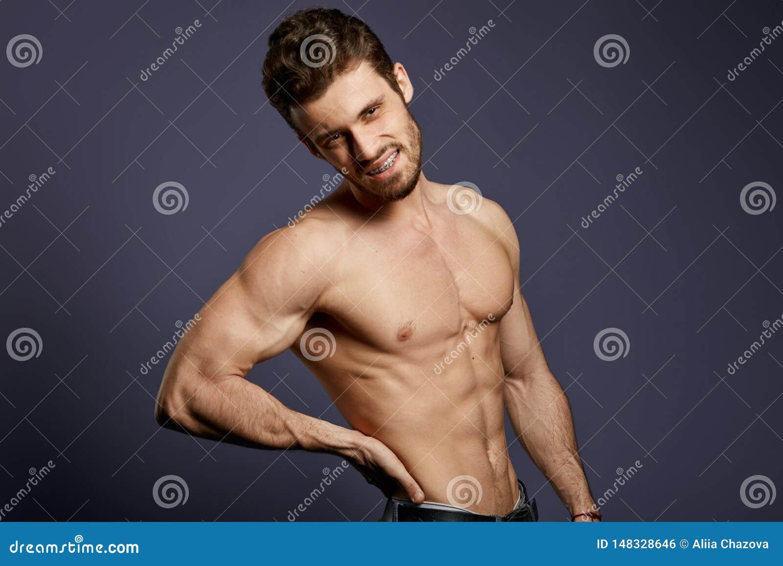 Hemdloser junger Mann, der unter Rückenschmerzen leidet