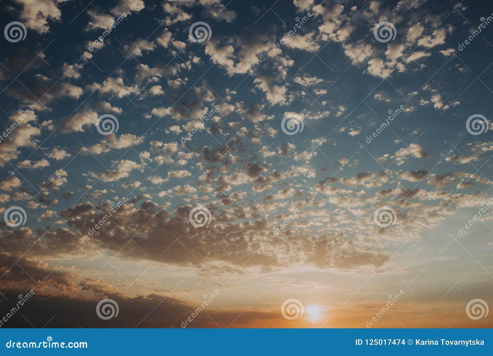Hemel bij zonsondergang: abstracte kleurrijke wolken: achtergrond en aardconcept