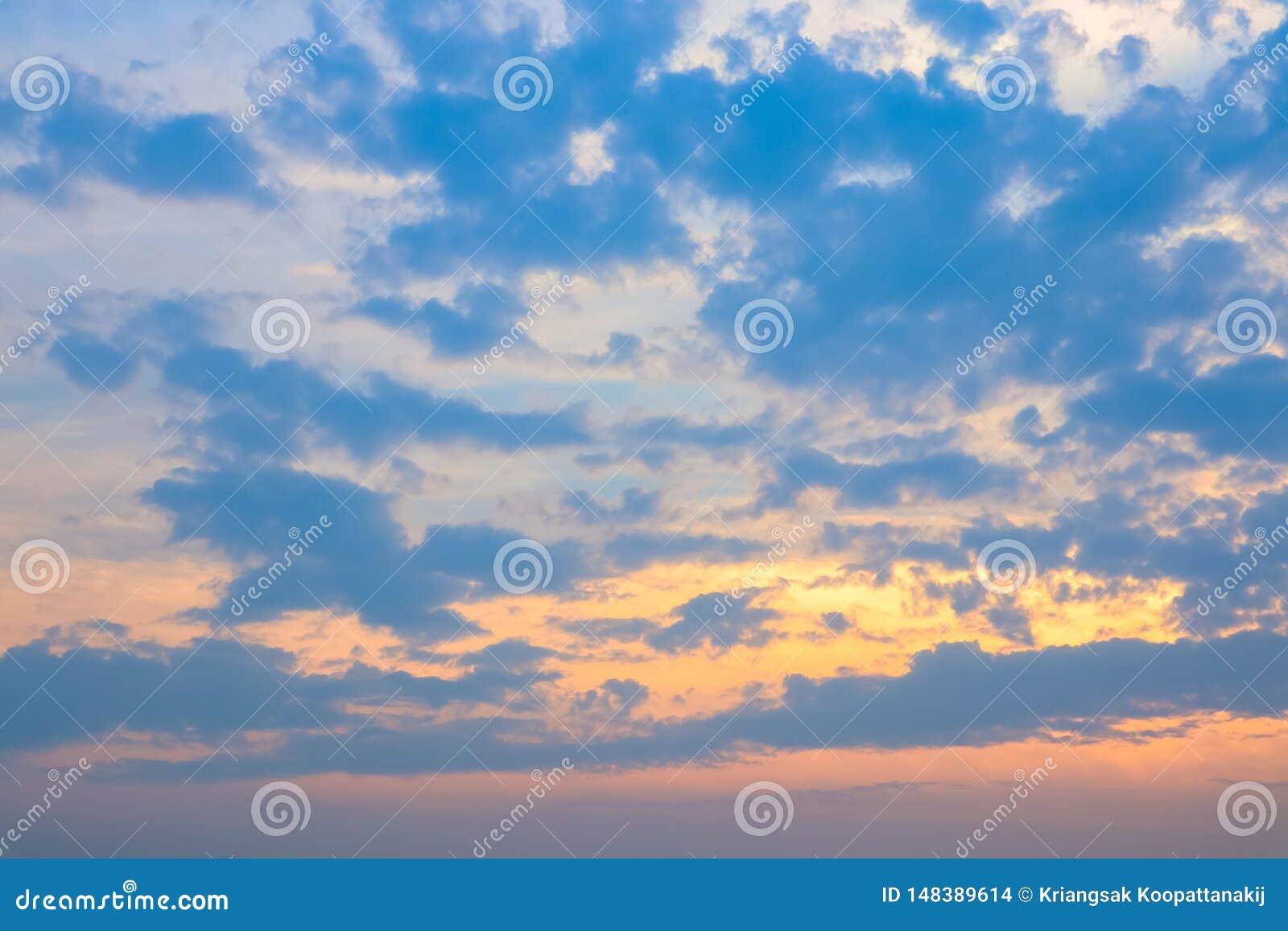 Hemel en wolk in de zonsondergangtijd