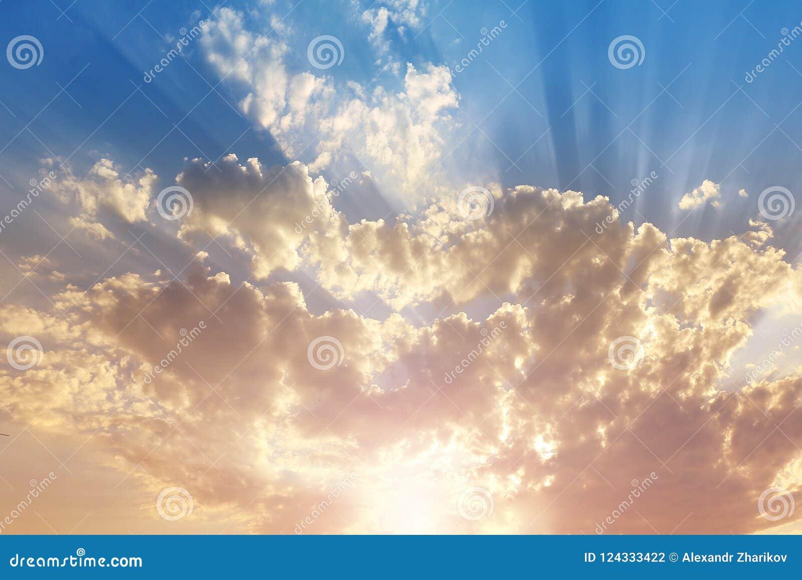 Hemel met grijze en blauwe wolken en rood-oranje hoogtepunt van de Zon