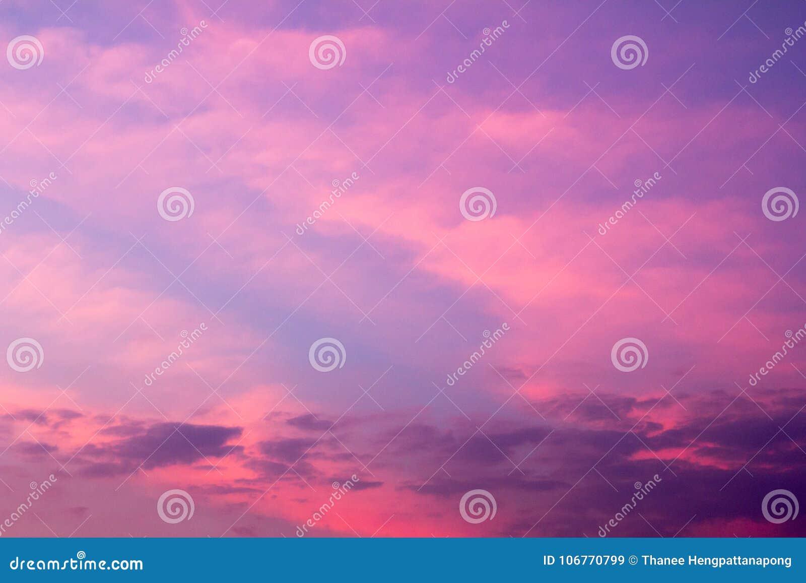 Hemelachtergrond in schemeringperiode in roze en violette kleur