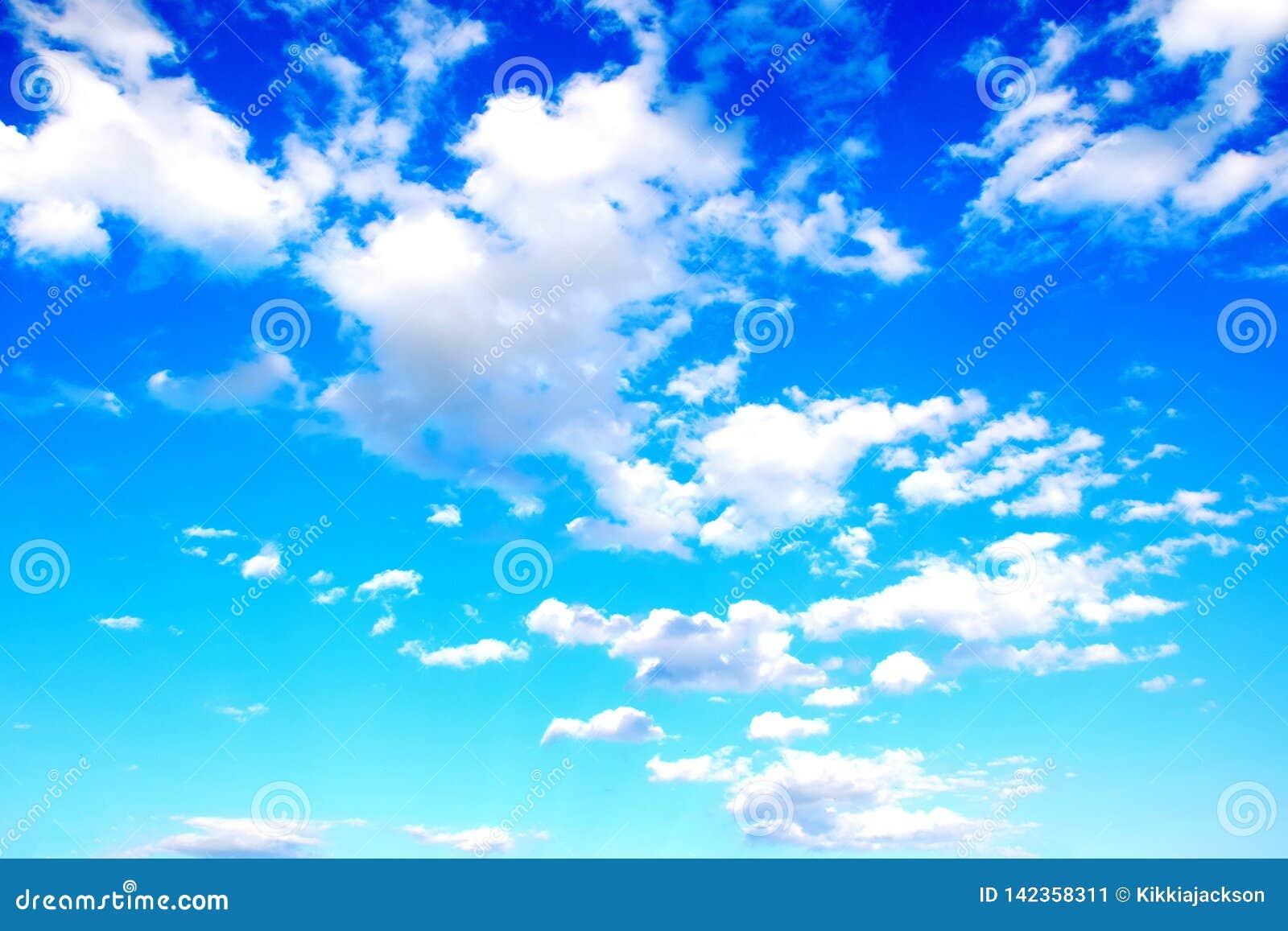 Hemelblauw met Wolken Kleurrijke Toneel Achtergrondvoorraadfoto