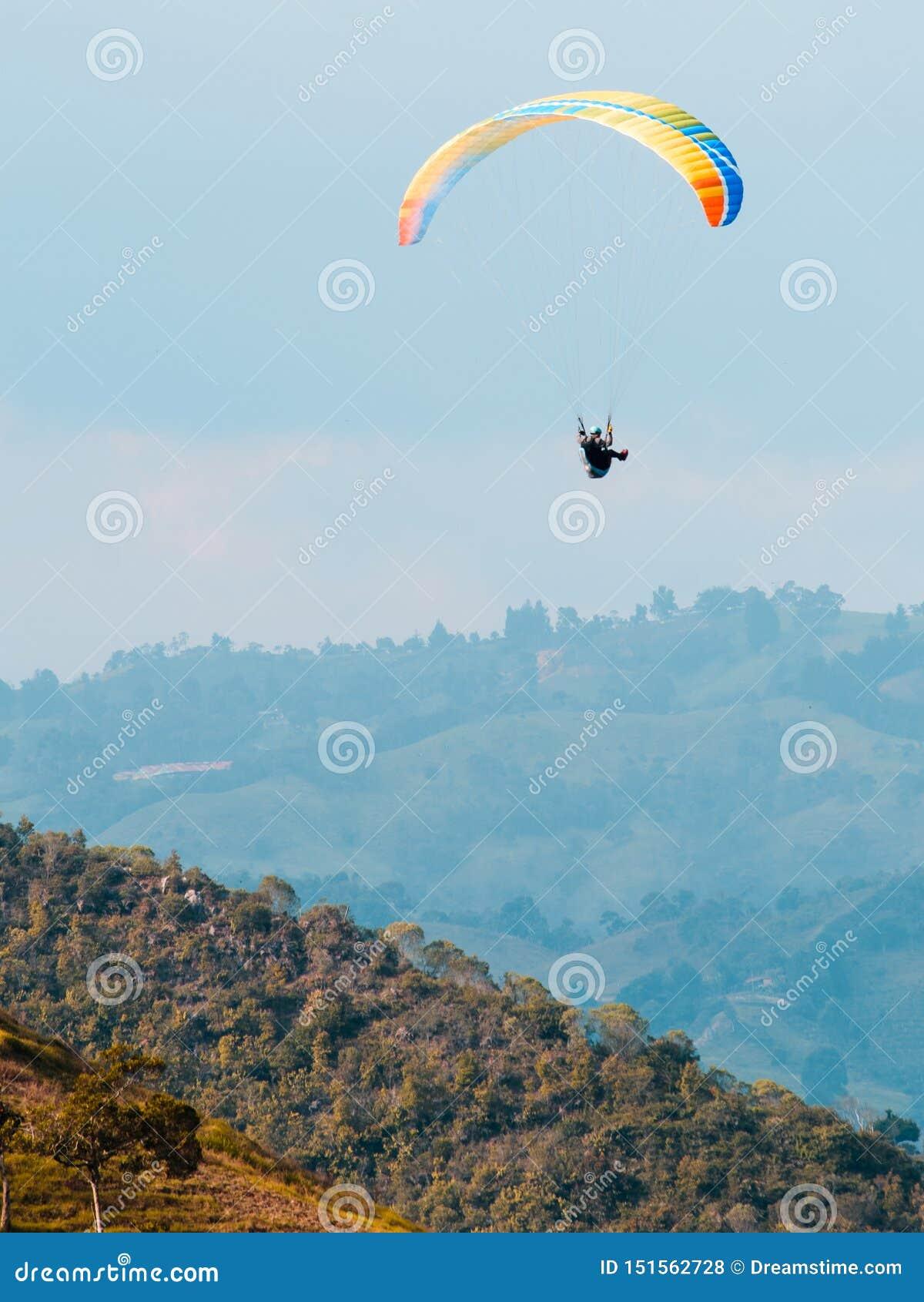 Hemelduiker die over de bergen vliegen