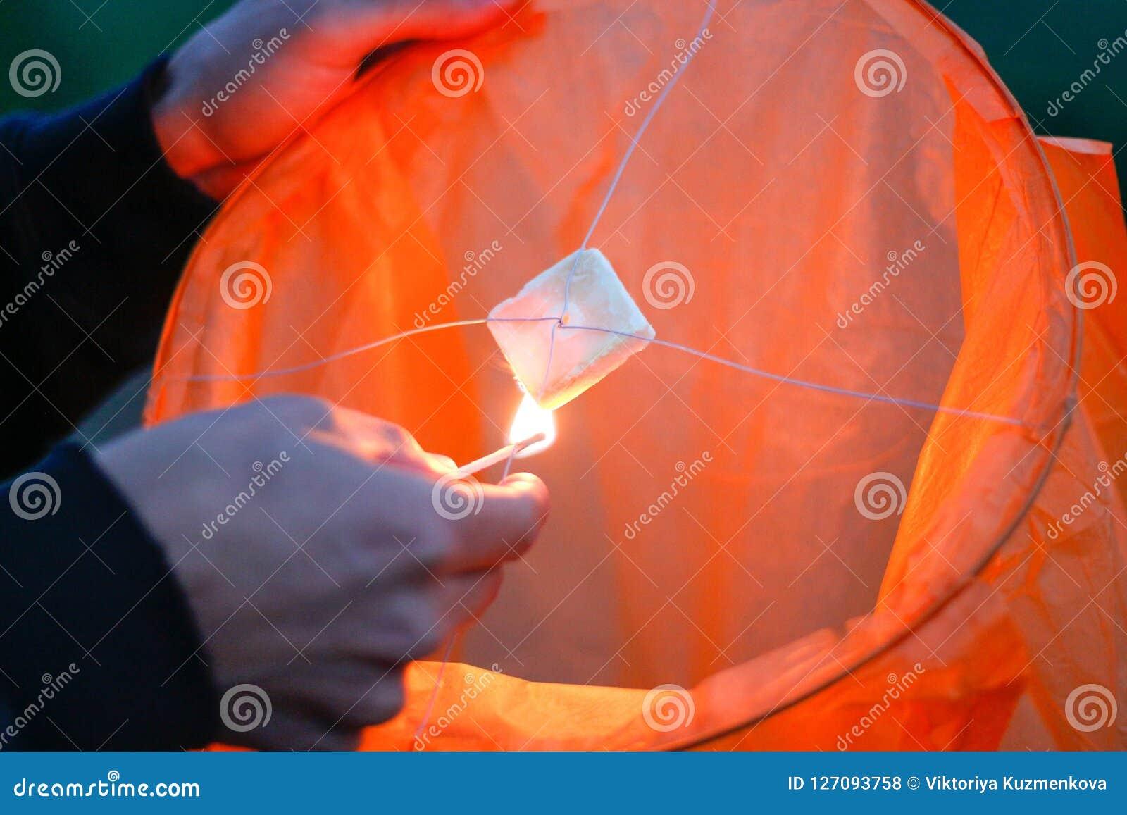 Hemellantaarn met het branden van brand Blauwe hemel Sluit omhoog