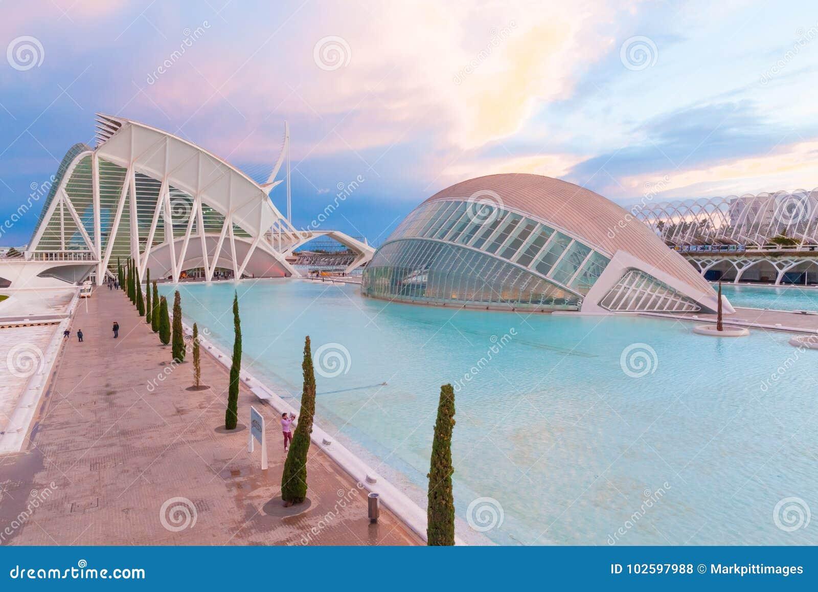 Hemisferic in der Stadt von Künsten und von Wissenschaft bei Sonnenuntergang Valencia Sp