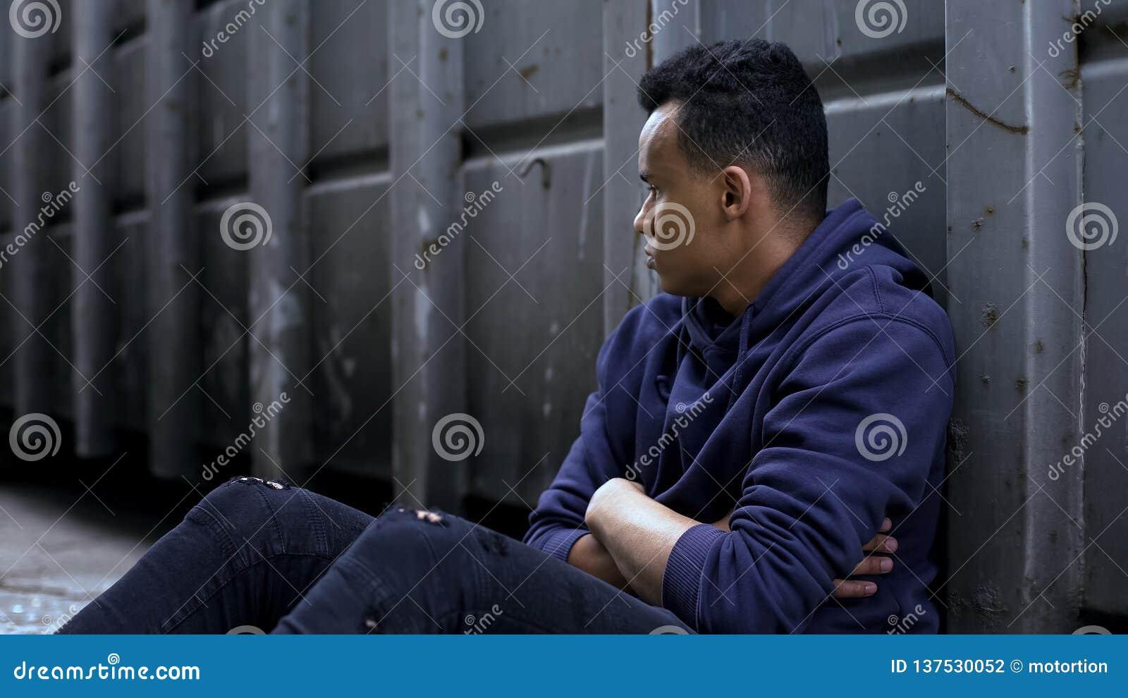 Hemlös pojke för afrikansk amerikan bara i det hopplösa läget, sociala problem