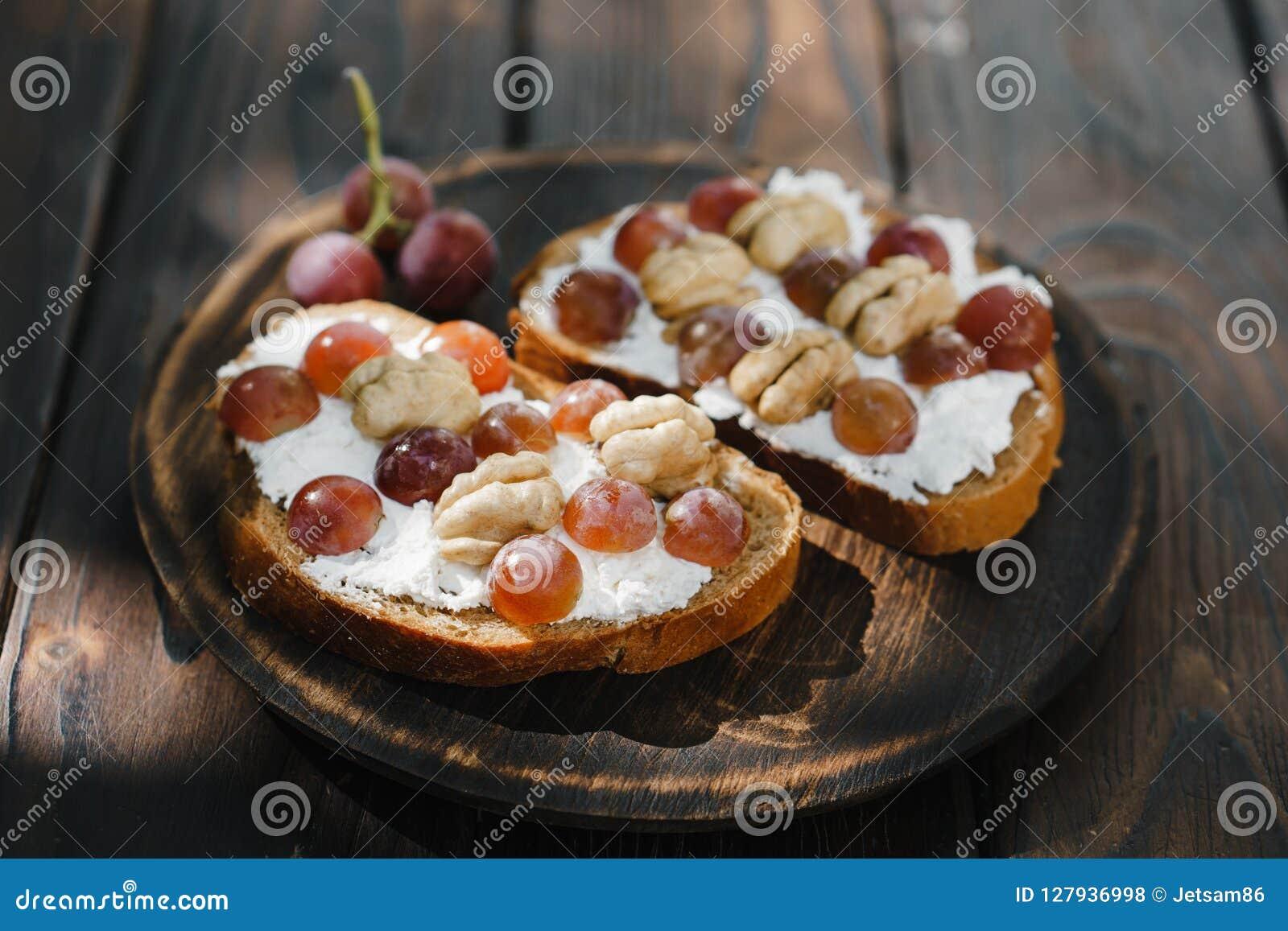 Hemlagad crostini med druvor, valnötter och ricotta