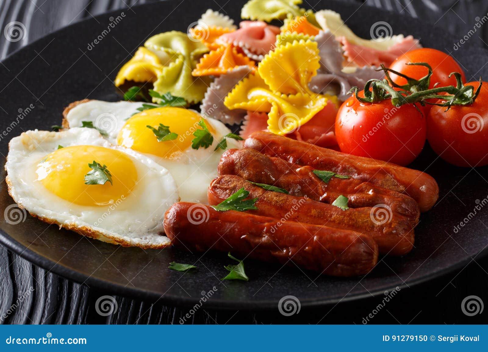 Hemlagad frukost: stekte ägg, korvar, kulör farfallepasta