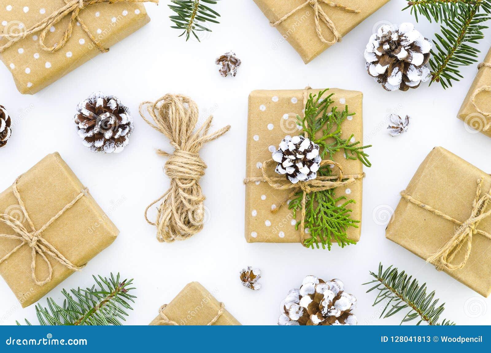 Hemlagad garnering för gåvaask för jul DIY-hobby Askar slås in i kraft papper som binds med, tvinnar med ris av