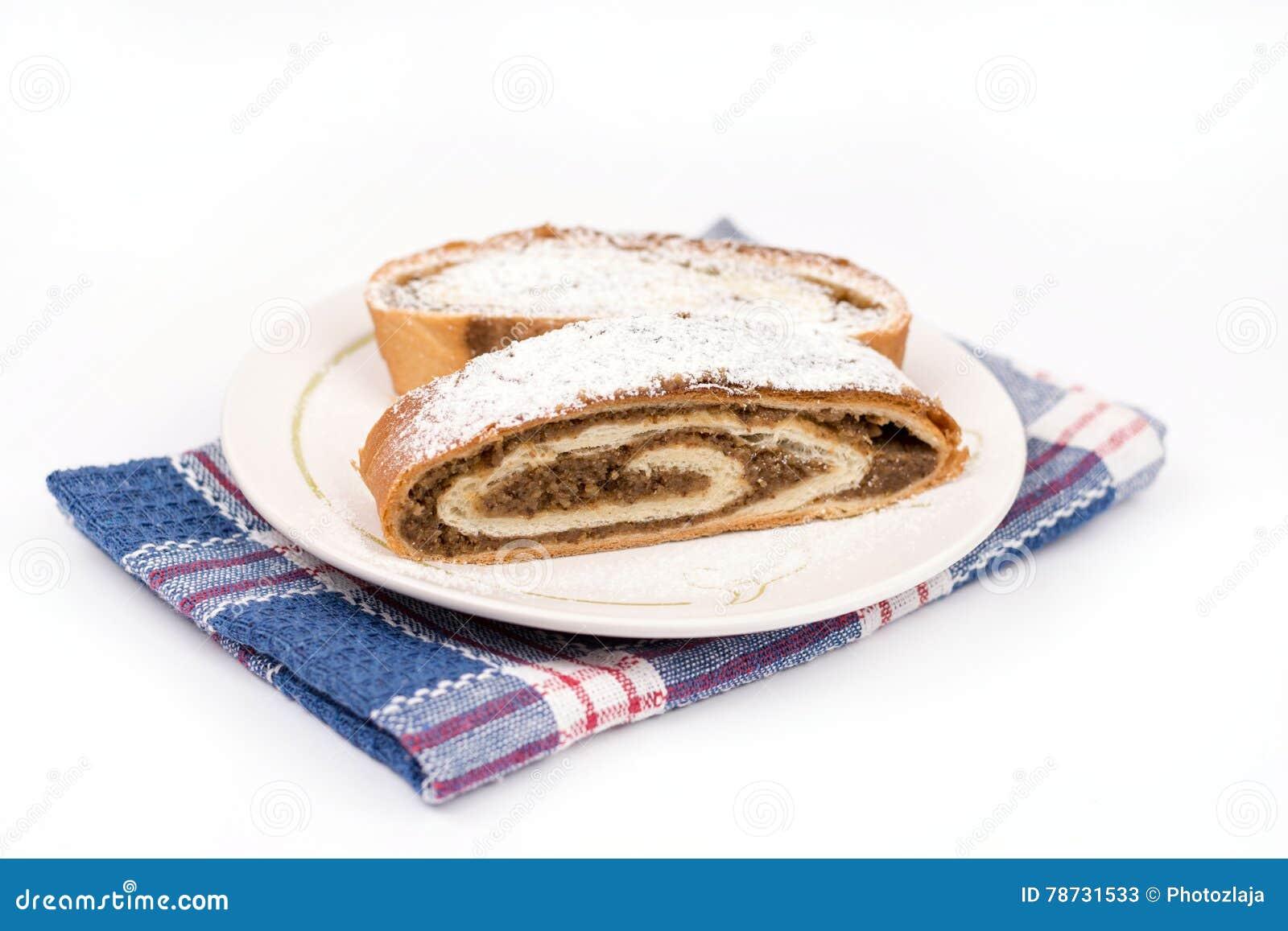 Hemlagad inhemsk strudel med valnötter på plattan