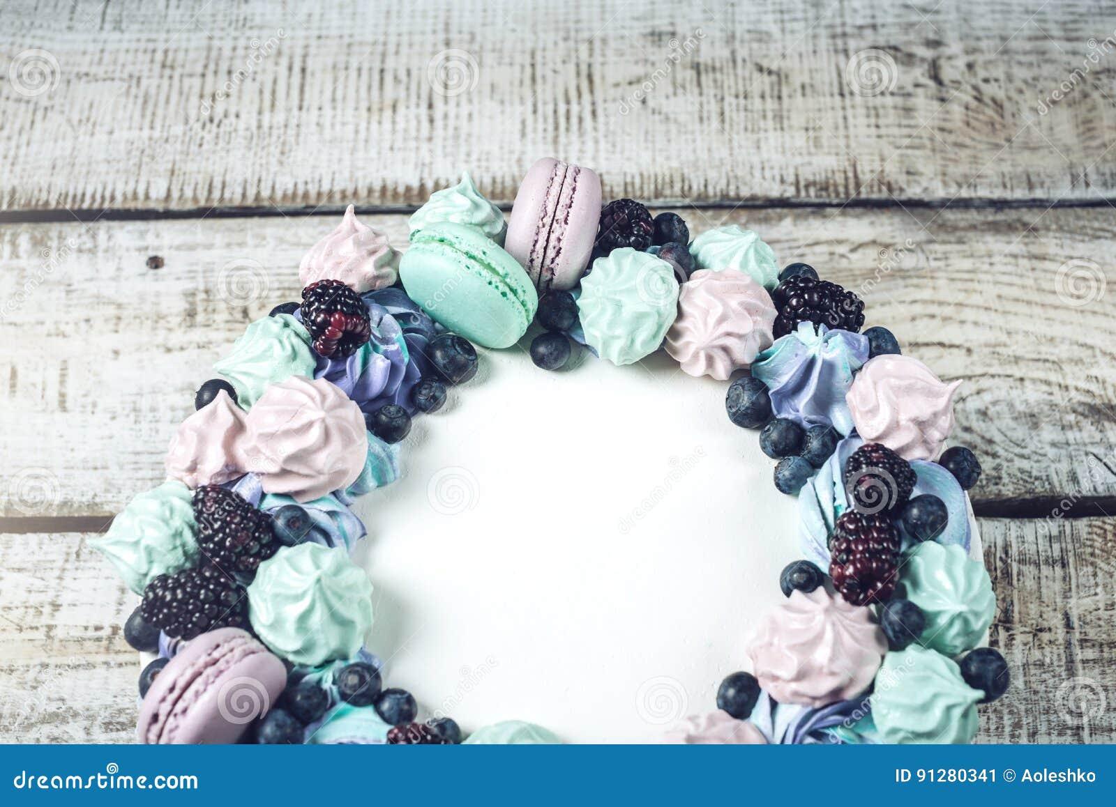 Hemlagad kaka med bärbjörnbär, blåbär, maräng och marshmallower