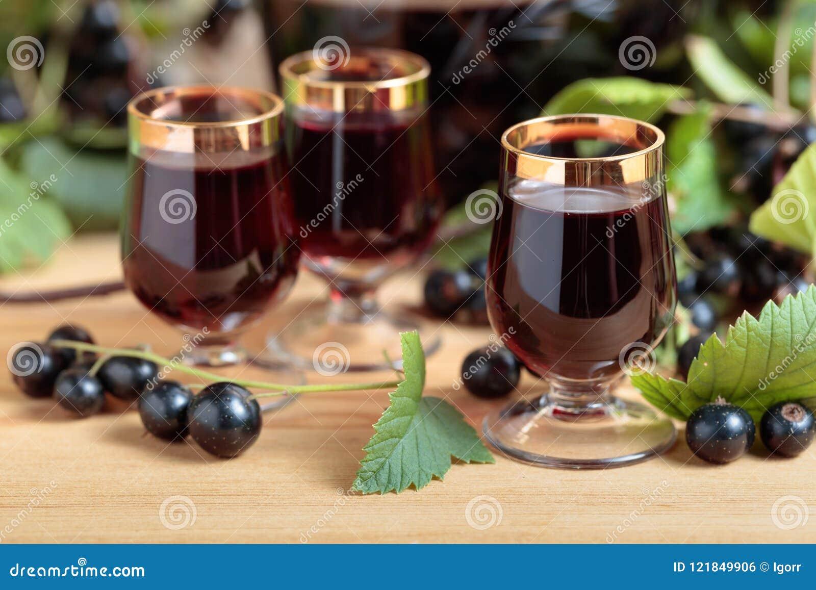 Hemlagad likör för svart vinbär och nya bär