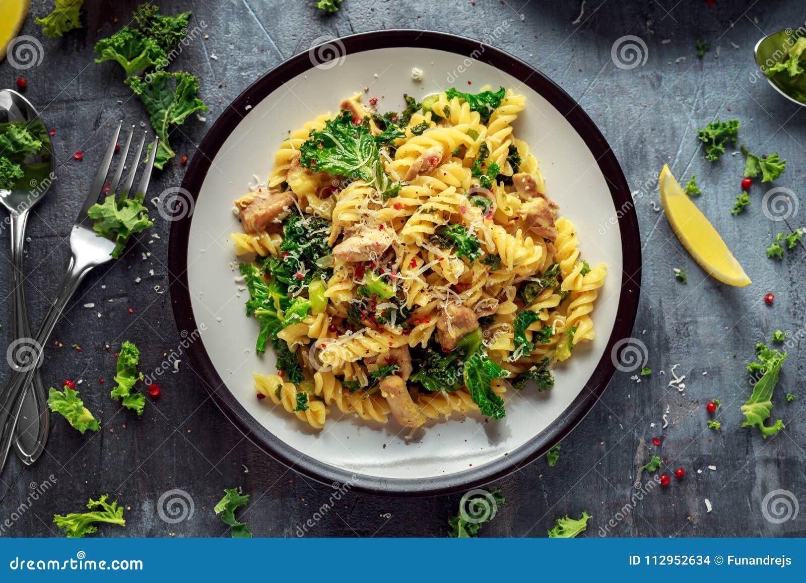Hemlagad pastafusilli med höna, grön grönkål-, vitlök-, citron- och parmesanost Sund hem- mat