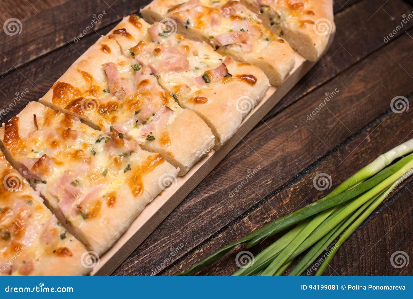 Hemlagad pizza på lantlig träbakgrund Selektivt fokusera