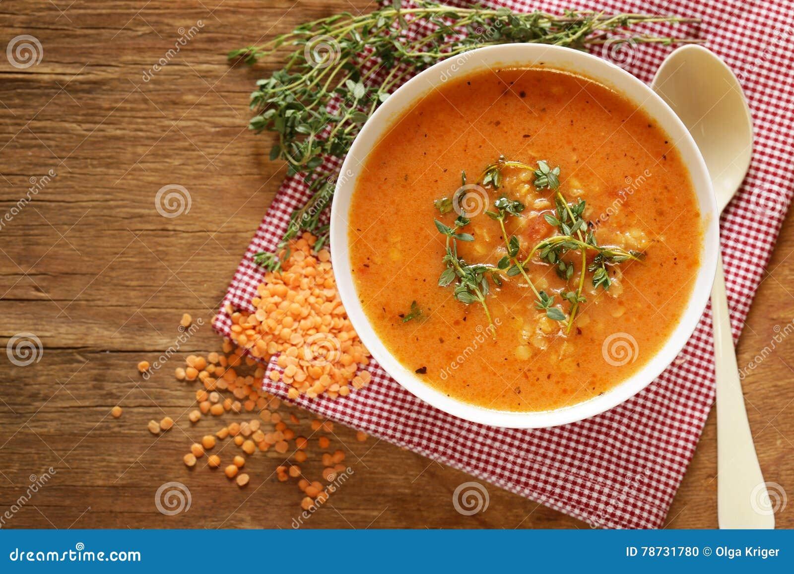 Hemlagad smaklig soppa för röd lins