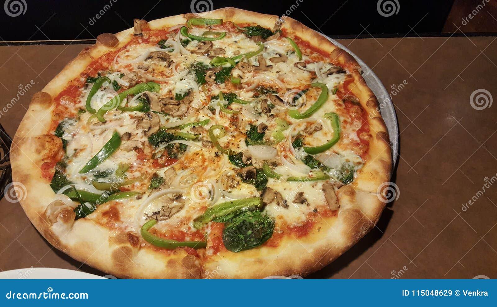Hemlagad sund vegetarisk pizza med toppningar
