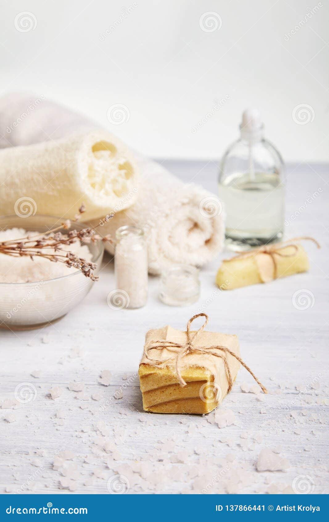 Hemlagad tvål, torra lavendelblommor och nödvändig olja