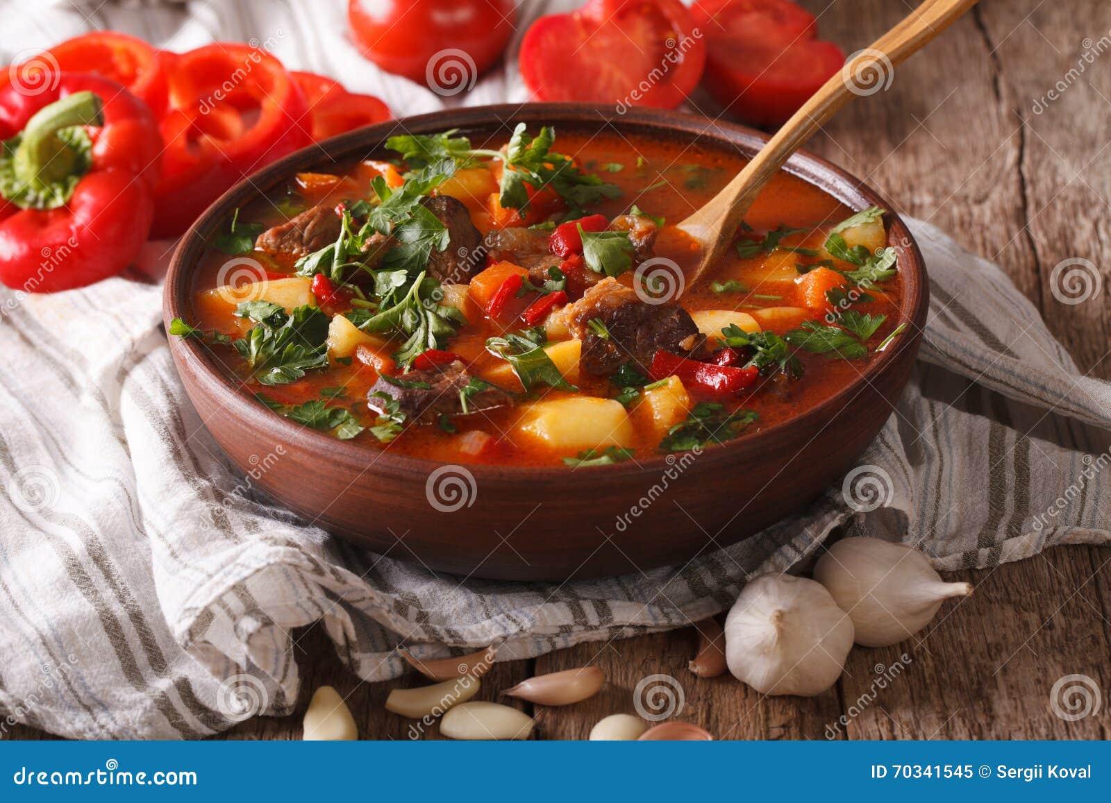 Hemlagad ungersk närbild för bogracs för gulaschsoppa horisontal