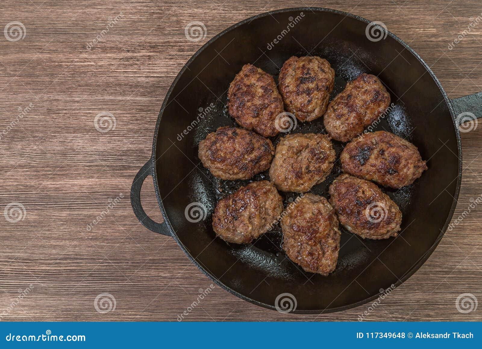 Hemlagade hamburgare i en stekpanna övre sikt Utrymme som sätter in text