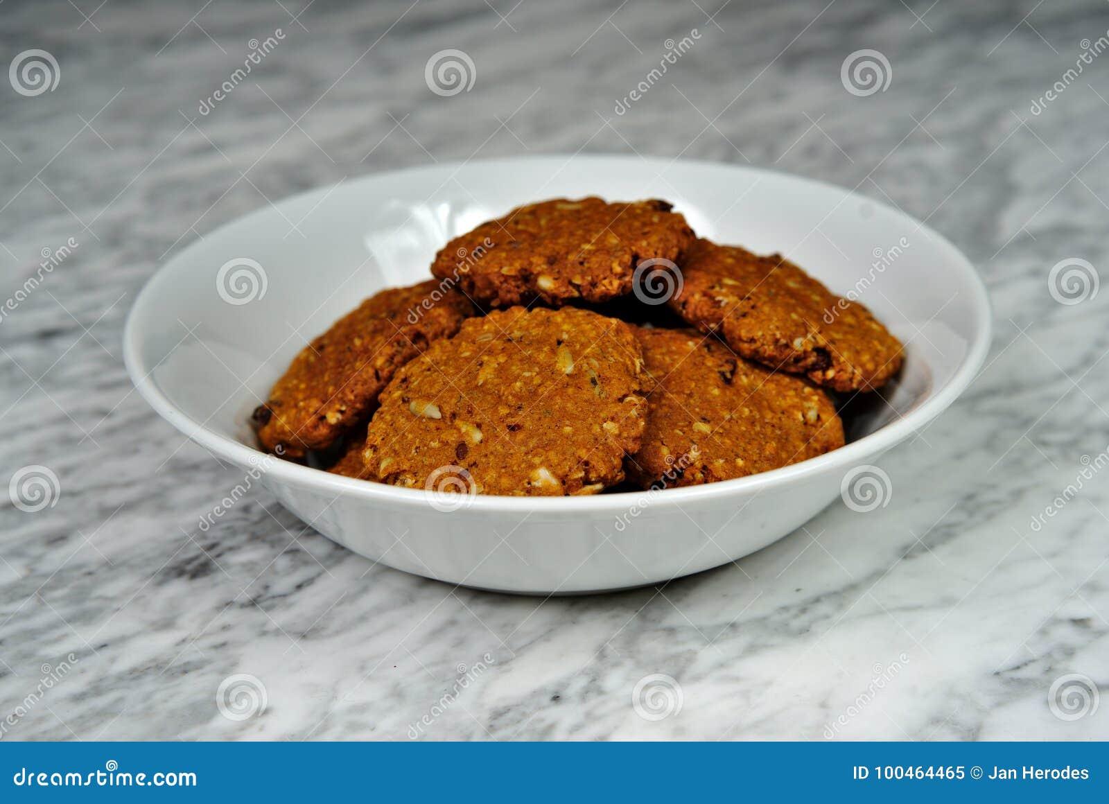 Hemlagade kakor med havremjölet med torkat - frukt