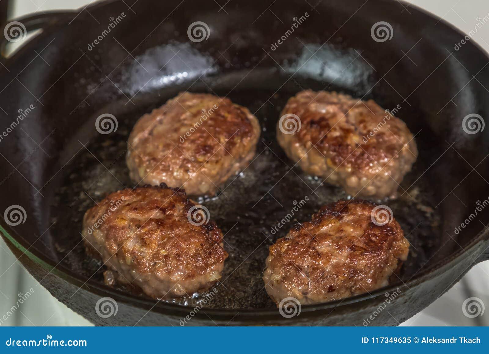 Hemlagade kotletter av kött under matlagning i pannan