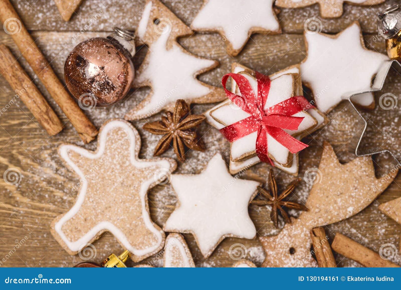 Hemlagade pepparkakakakor för jul på mannen för pepparkaka för mat för träjul för bakgrundsjulbakgrund den horisontalsöta