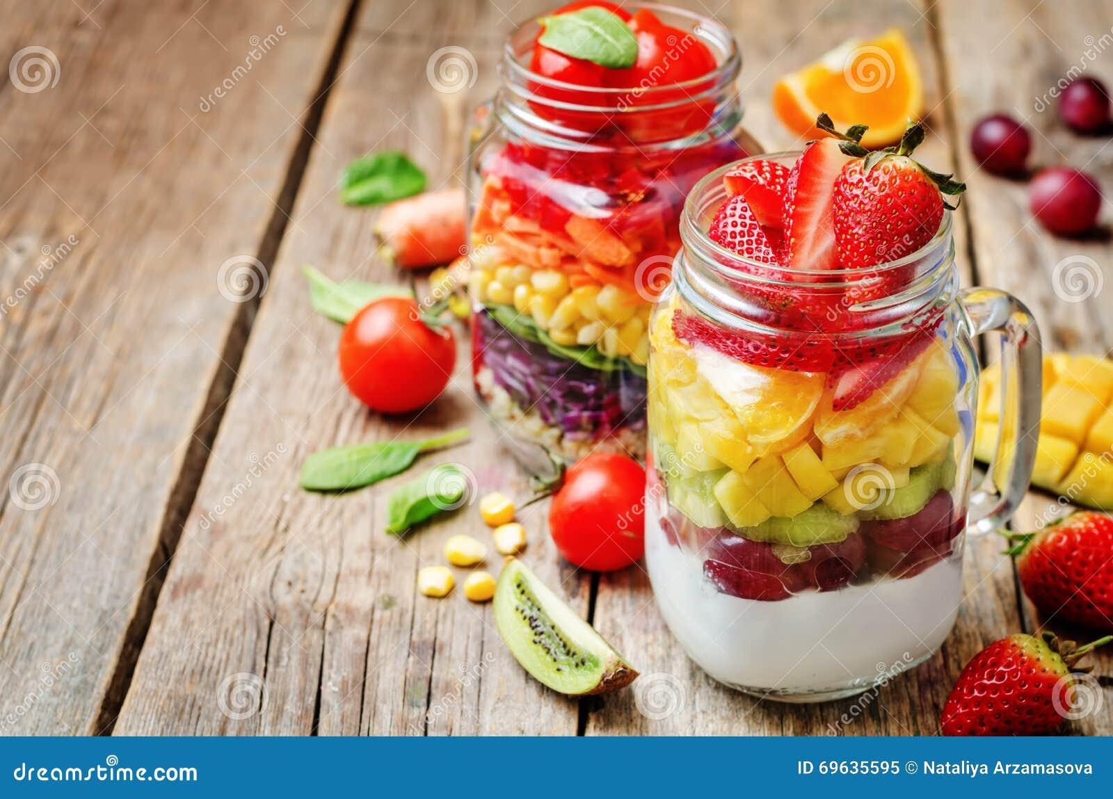Hemlagade regnbågesallader med grönsaker, quinoa, grekisk yoghurt