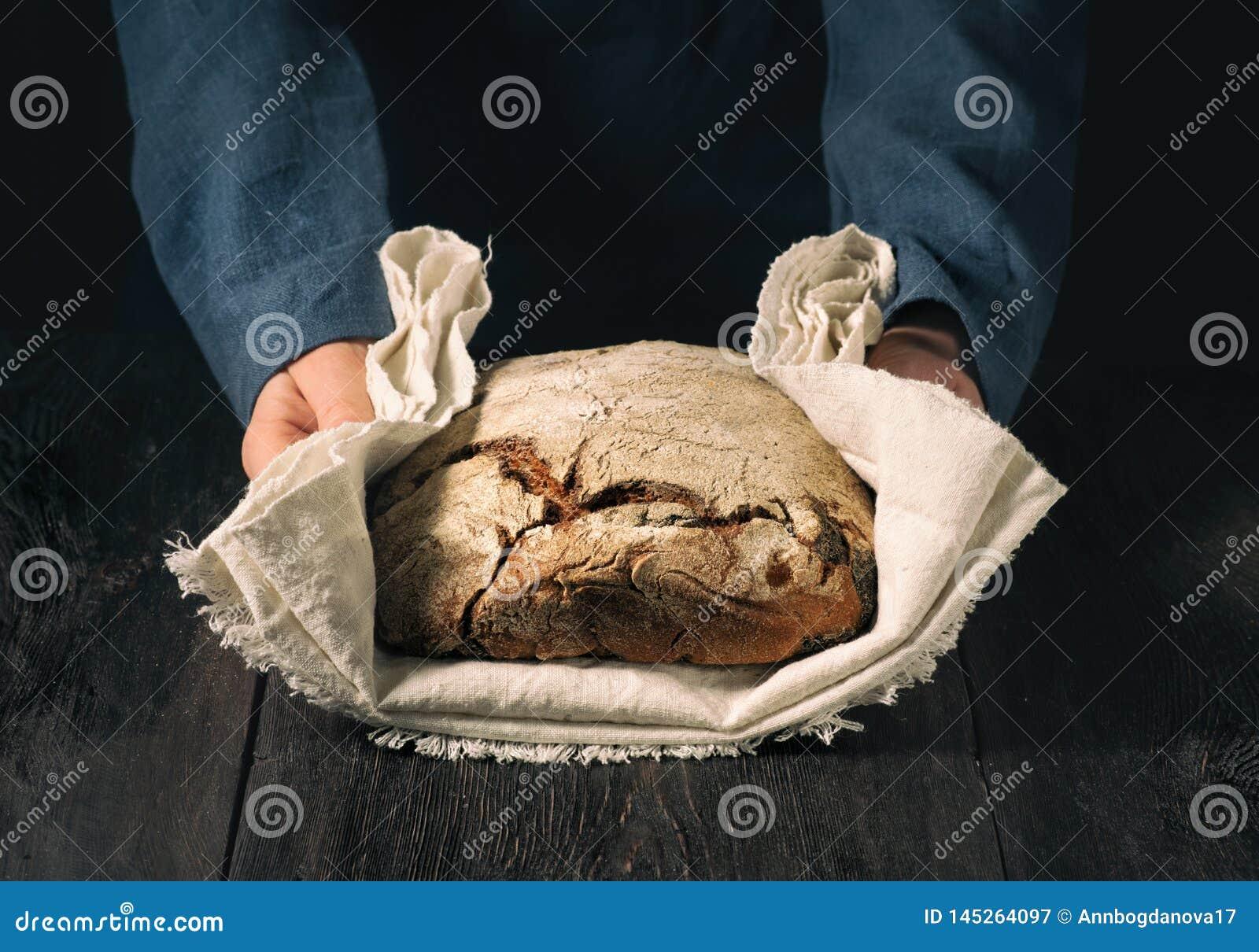 Hemlagat bröd i händerna