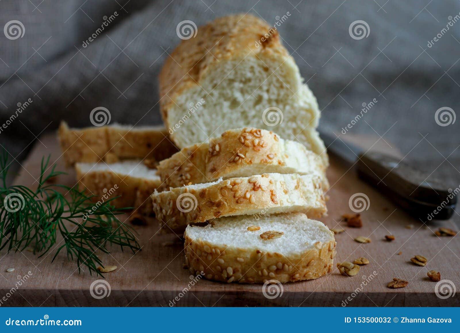 Hemlagat doftande nytt bröd på ett bräde