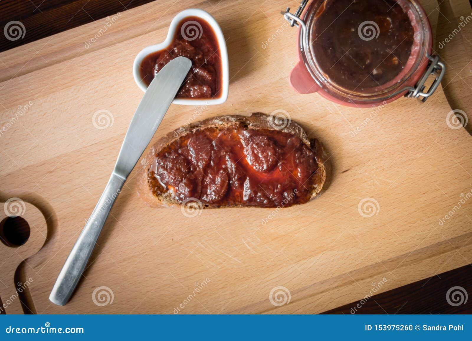 Hemlagat driftstopp med bröd och en kniv