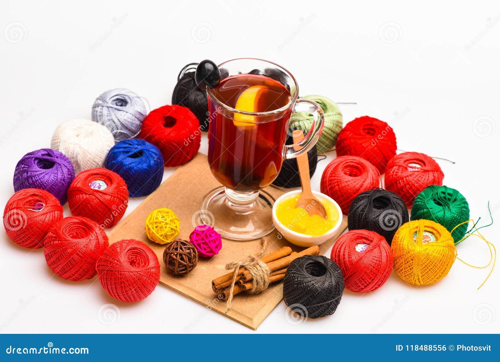 Hemlagat funderat vinbegrepp Exponeringsglas med funderat vin som omges med clews av garn eller rad Exponeringsglas med funderat