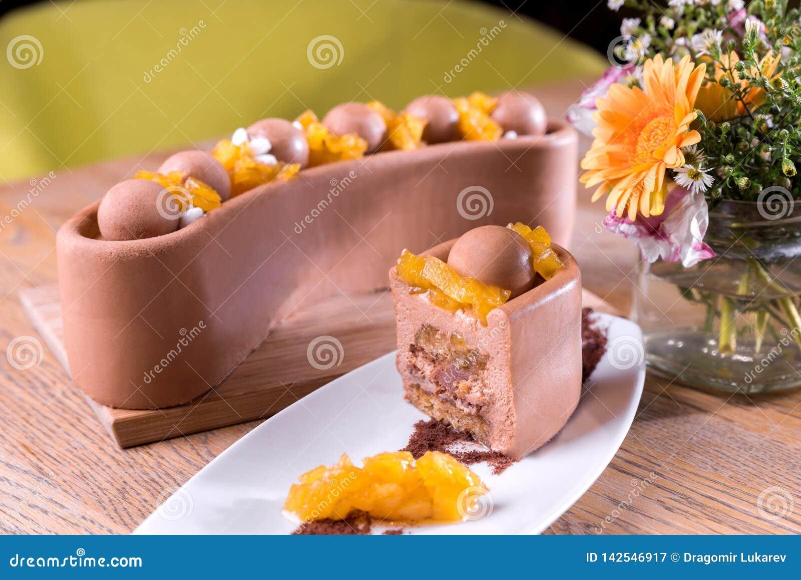 Hemlagat mjölka choklad och kastanjkakan - mjölka chokladmousse, ananasmarmelad, frasig grund med hasselnötter och
