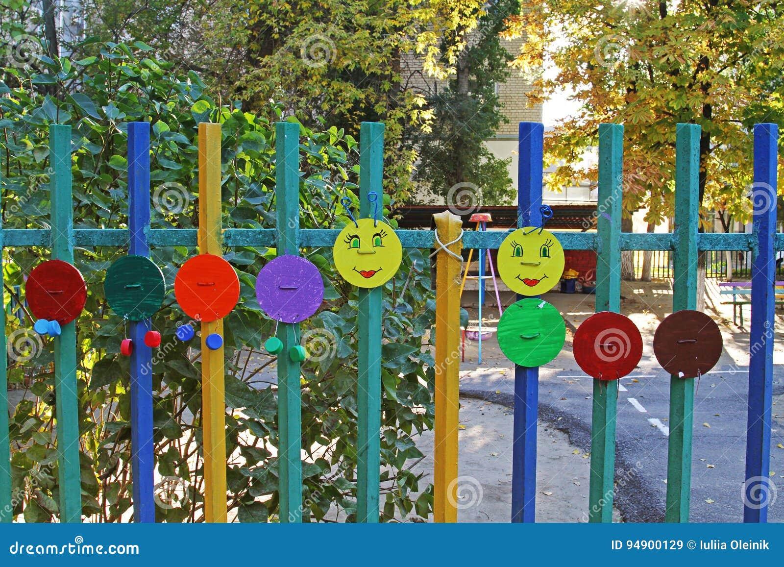 Hemlagat objekt för konst för barn` s i form av en larv på ett staket