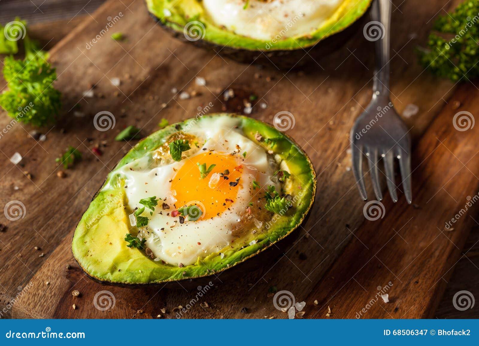 Hemlagat organiskt ägg som bakas i avokado