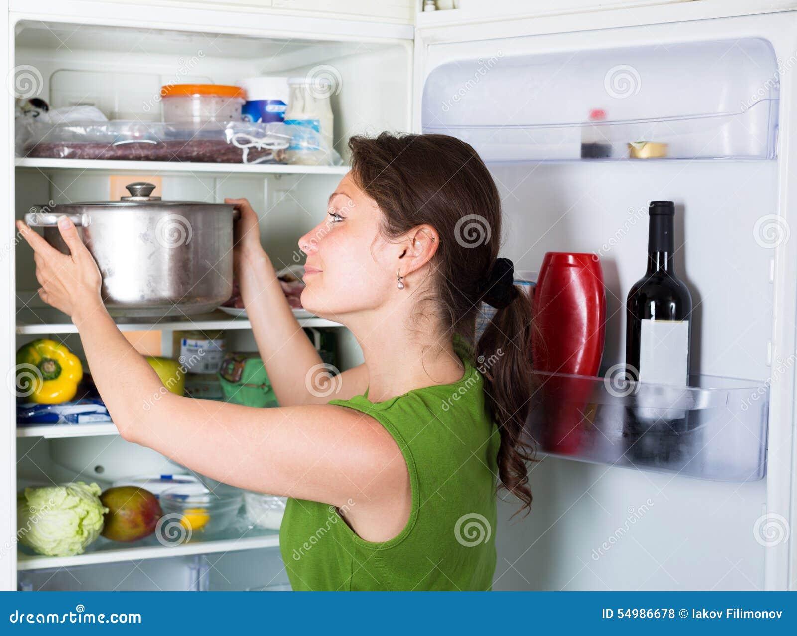 Hemmafruöppningskylskåp på kök