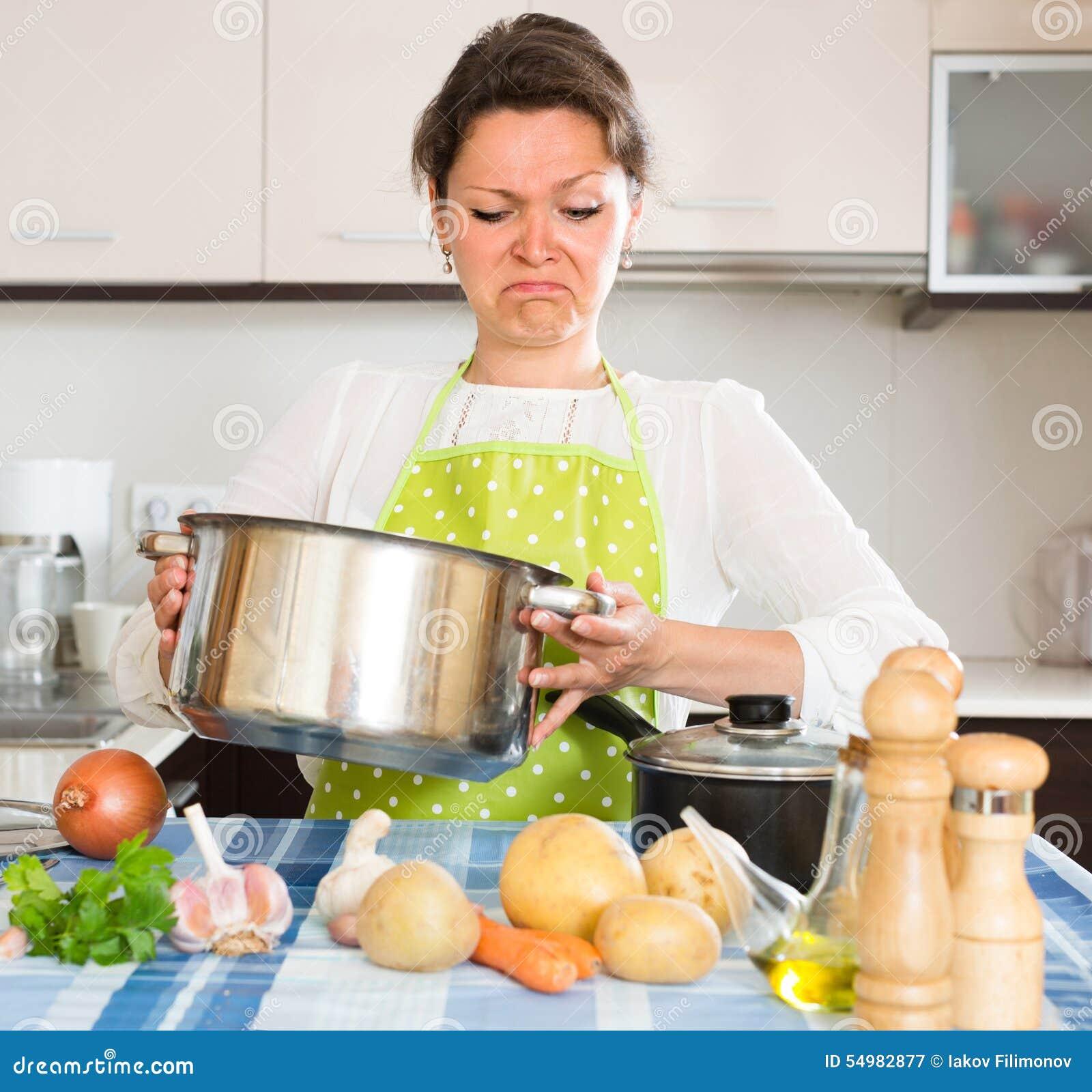 Hemmafru som känner den dåliga lukten från pannan