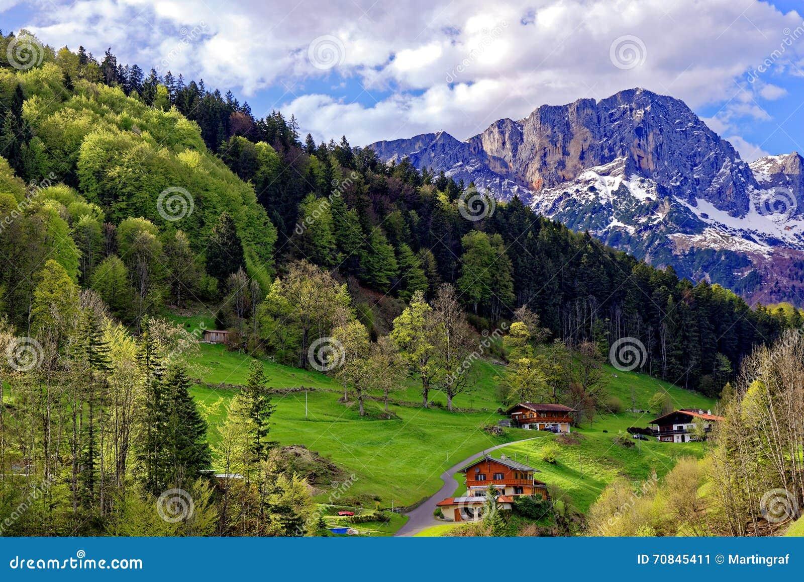 Hemman i sceniskt landskap på den Untersberg massiven